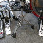Auf dem Bild sieht man die Doppelfußmaschine Pearl Eliminator P2002C und das Hi-Hat-Stativ DW 5500TD im Aufbau am Schlagzeug.