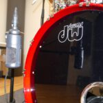Mikrofonierte Kick Drum im Tonstudio, Großmembran-Kondensatormikrofon vor dem Resonanzfell. Hier siehst du ein Großmembran-Studiomikrofon vor einer Bass Drum