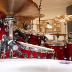 Auf diesem Foto siehst du das In-House-Tonstudio-Drumset samt Mikrofonierung im Profil.