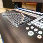Auf diesem Bild siehst du einen DAW-Controller im Red Carpet Studio in Detailansicht.