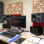 Hier siehst du den Abhörplatz für Mixing und Mastering im Red Carpet Studio inklusive Tonstudio-Peripherie.