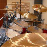 Hier ist ein Detailfoto der Toms und Mikrofone am Drumset zu sehen.