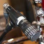 Snare Mikrofon Audix i5. Hier siehst du das dynamische Mikrofon Audix i5 als Stützmikrofon an einer Snare Drum bei Drum Recording im Studio.