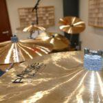 Auf dem Detailfoto ist ein Crashbecken und der Rest des Schlagzeug im Hintergrund zu sehen.