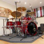 Aufgebautes Schlagzeug im Tonstudio bereit für die Aufnahme