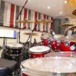 In-House-Drumset des Tonstudios. Zu sehen ist eine Rückansicht des mikrofonierten DW Performance Drumkits im Red Carpet Studio.