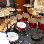 In-House-Drumset des Tonstudios. Zu sehen ist ein schräger Überblick des mikrofonierten DW Performance Drumkits im Red Carpet Studio.