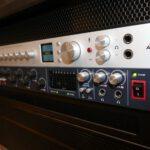 Antelope Discrete 8 Synergy Core und Focusrite Scarlett 18i20 Audio-Interfaces im Studio-Rack (Close-Up)