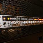 Montieres Tonstudio-Equipment im Rack. Zu sehen ist ein Close-up eines 8-Kanal-Preamps im Red Carpet Studio.