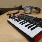 Close-Up eines MIDI-Keyboards am Arbeitsplatz im Tonstudio. Im Hintergrund siehst du zusätzlich einen Studio-Kopfhörer auf dem Tisch.