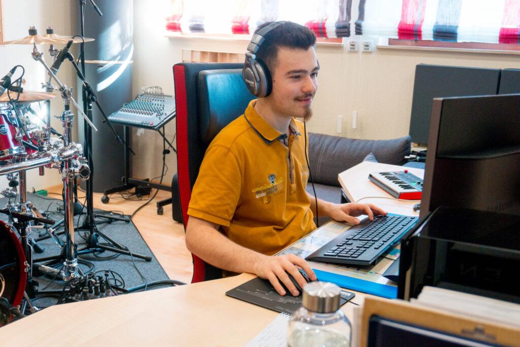 Raphael Arnold im Red Carpet Studio bei der Regieführung eines Recordings.