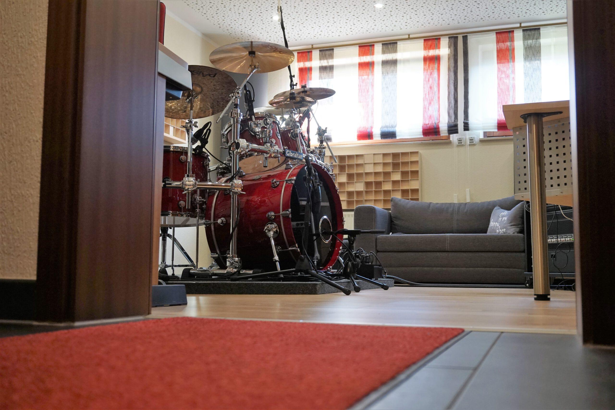 Roter Teppich am Eingang des Red Carpet Studios, Blick auf ein Schlagzeug im Aufnahmeraum.