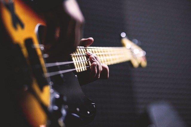 Detailaufnahme eines Bassisten beim Recording.