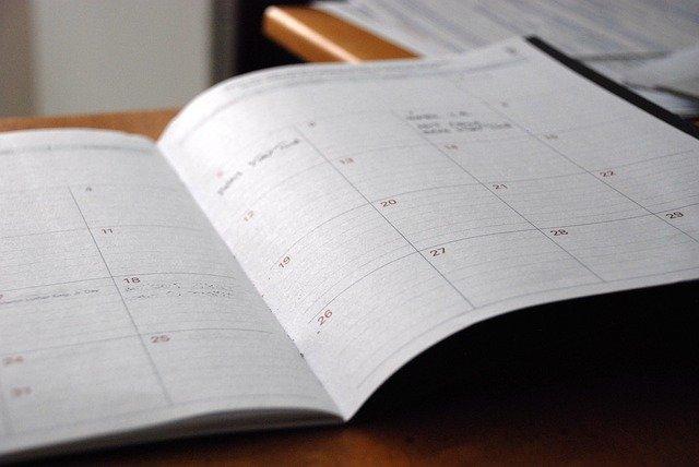 Aufgeschlagener Terminplaner auf einem Schreibtisch.