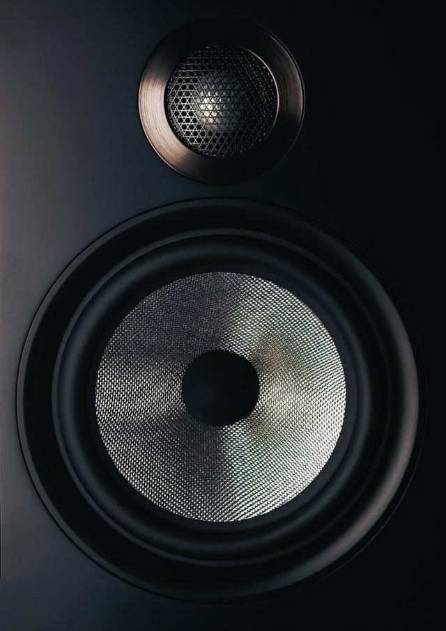 Moderner 2-Wege-Hifi- und Studio-Lautsprecher. Schwarzes Gehäuse und silbrige Lautsprechermembran.