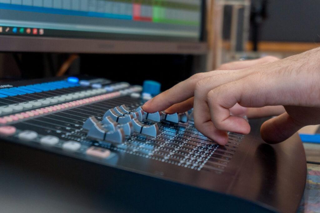 Mixing am Presonus Faderport 16 im Studio. Ein DAW-Controller im Einsatz als Hilfsmittel beim Mixen von Songs.