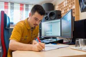 Raphael Arnold am Schreibtisch. Die Preise im Tonstudio hängen von vielen Faktoren ab, deshalb wird jedes Angebot sorgfältig aufgrund der Eckdaten des Projekts erstellt.