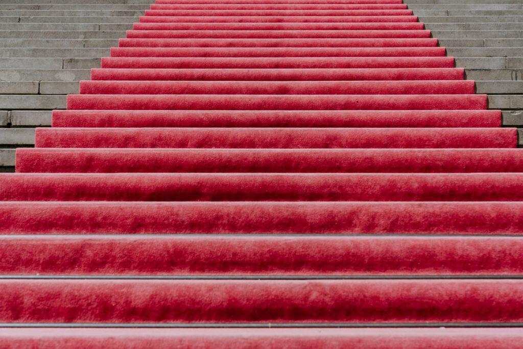 Roter Teppich auf aufsteigenden Treppenstufen. Symbolbild für den Weg zum perfekten Mix