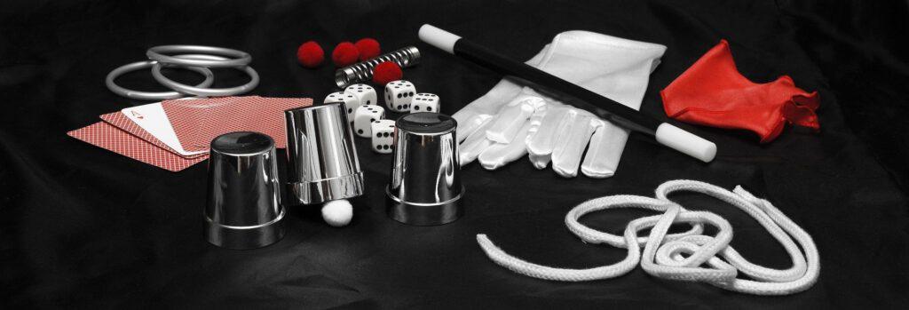 Zauber-Utensilien auf einem schwarzen Satin. Das Bild veranschaulicht den Gegensatz von Magie und Mixing im Studio.